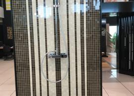 Detalle frontal de ducha en gresite caida libre