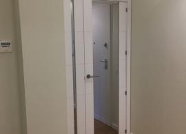 Sustitución de puerta ciega, por una puerta de cristal de arriba a abajo con luna al fuego (alta resistencia) y peinazos laterales en madera lacada en blanco